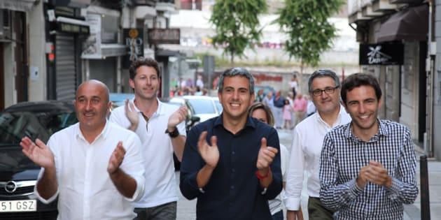 El líder del PSOE de Cantabria, Pablo Zuloaga, en el centro, junto a su equipo más cercano.