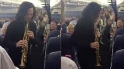 Kenny G sorprende a los pasajeros de un avión con una actuación