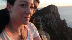 Esta mujer llevó su anillo de compromiso en el cuello por un año sin