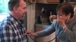 Una madre escucha los latidos del corazón de su hijo fallecido en el hombre que vive gracias a