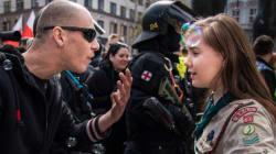 Una niña scout enfrenta a un manifestante de derecha en República