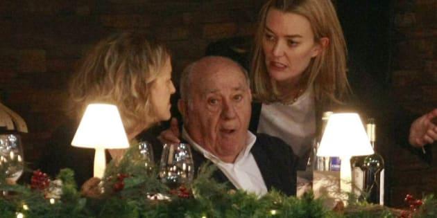 El dueño de Inditex, Amancio Ortega, conversa con su mujer Flora Pérez Marcote y su hija Marta Ortega.