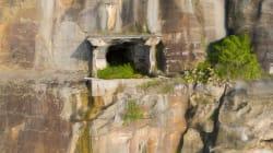 L'entrée d'un mystérieux tunnel découverte dans une falaise près de