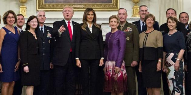 El presidente de Estados Unidos, Donald J. Trump posa con altos líderes militares.