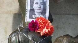 Les symboliques cintres côtoient fleurs et mots de remerciement, en hommage à Simone
