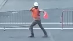 Este trabajador de la construcción baila mientras dirige el