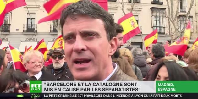 Manuel Valls sufre un incidente en directo.