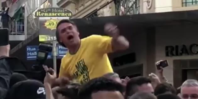 Internautas questionaram ausência de sangue após ferimento em Bolsonaro.