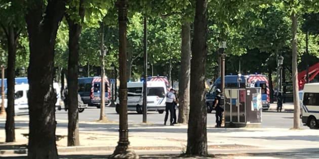 Twitter Melissa Bell                       Champs-Élysées une opération de police est en cours