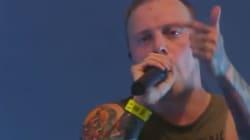 Un cantante para su concierto para denunciar un caso de acoso sexual en el