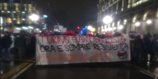 Tafferugli al corteo antifascista contro CasaPound a Torino: