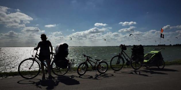 Cet été, nous voyageons à vélo et nos 4 enfants adorent ça!.