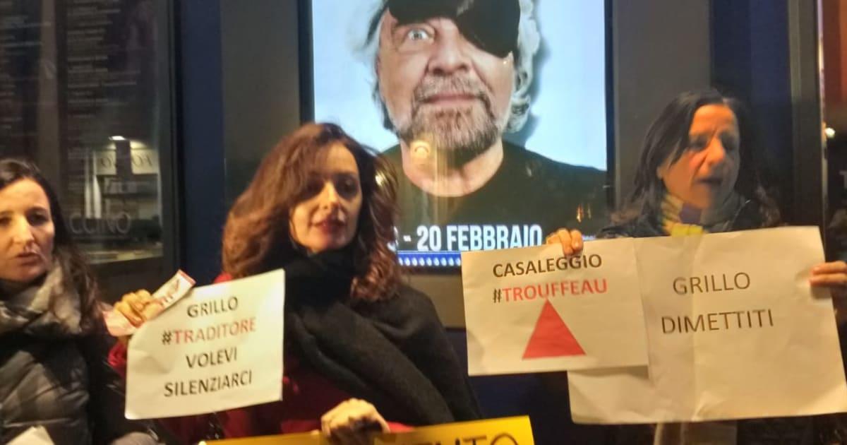 """I """"traditi"""" contestano Beppe Grillo. Lui lancia frecciate alla Lega e scherza in platea con Travaglio"""