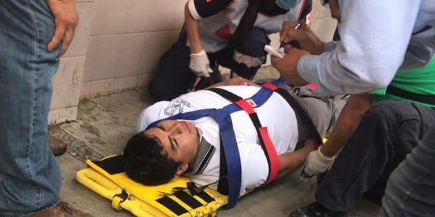 CIUDAD VICTORIA. Paramédicos dan los primeros auxilios a un alumno este martes 24 de abril de 2018, luego de un tiroteo perpetrado contra una escuela de bachillerato de Ciudad Victoria, Tamaulipas.
