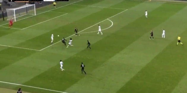 Gustavo envoyant lamentablement le ballon dans des buts non gardés par Pelé