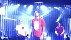 Le fils de Céline Dion rappe au concert de sa