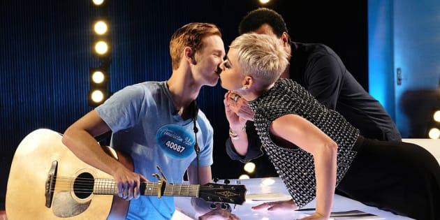 Katy Perry accorde à Benjamin Glaze son premier baiser dans l'émission d'American Idol diffusée le dimanche 11 mars sur ABC.