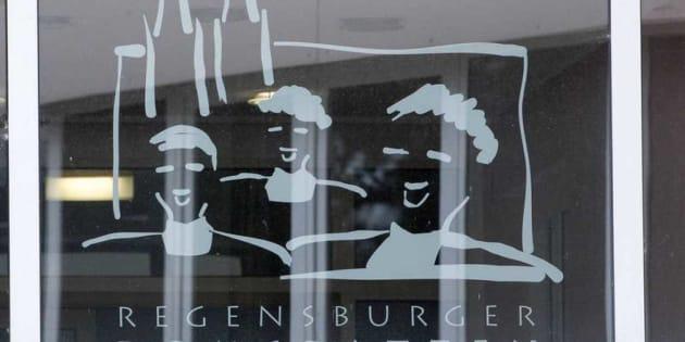 Logotipo del Regensburger Domspatzen en el edificio de la escuela en Ratisbona, Alemania.