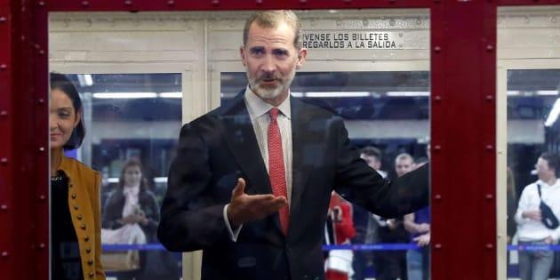 Felipe VI en el metro.