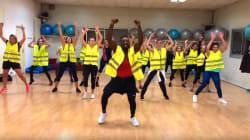 Habillé en gilet jaune, ce prof donne un cours de danse particulier à ses