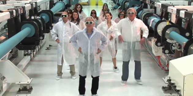 Gérard Mourou, le prix Nobel français, rattrapé par un vieux clip avec des laborantines en petite tenue
