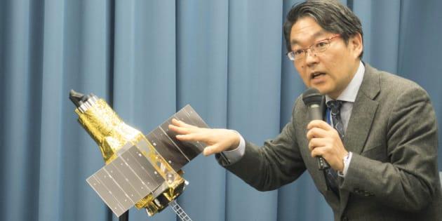 交信不能になったX線天文衛星「ひとみ」の模型を使い、説明する宇宙航空研究開発機構(JAXA)の久保田孝教授=2016年4月1日、東京都千代田区のJAXA東京事務所