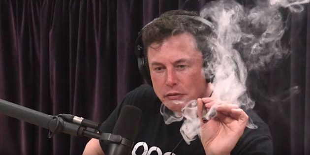 Tesla chute lourdement en bourse après une interview d'Elon Musk fumant un joint et buvant du whisky