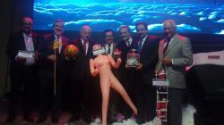 Regalan muñeca inflable a ministro de Economía chileno para 'estimular la