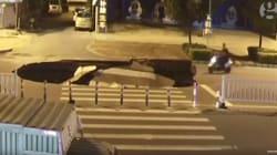 Un trou gigantesque avale un conducteur de scooter textant au