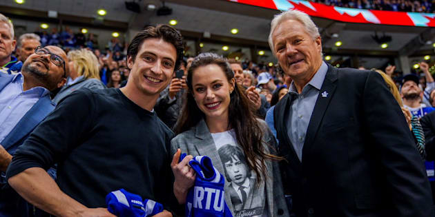 Leafs alumnus Darryl Sittler presented Tessa Virtue and Scott Moir with personalized jerseys.