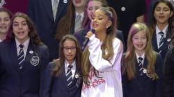 L'abbraccio di Ariana Grande, le lacrime della piccola corista: questo momento resterà nella