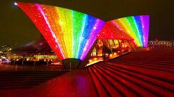 La Ópera de Sídney se ilumina con los colores del arcoíris por una buena