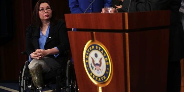 Senadora Tammy Duckworth critica Trump sobre proibição à transgêneros.