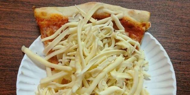 La pizza avec supplément de mozzarella froide parce qu'il n'y a jamais trop de fromage