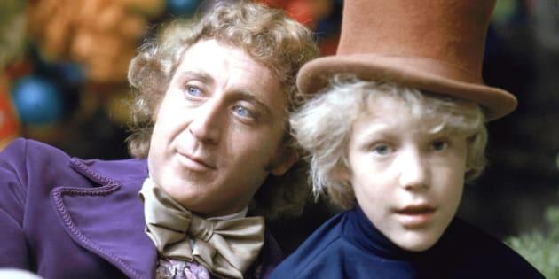 """Peter Ostrum no papel de Charlie Bucket e Gene Wilder como Willy Wonka, no set de """"A Fantástica Fábrica de Chocolate"""", em 1971."""