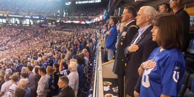 Usa: giocatori si inginocchiano durante l'inno, vicepresidente va via dallo stadio