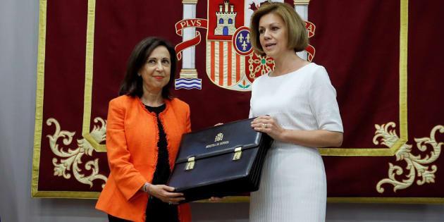 Margarita Robles recibe de manos de su antecesora, María Dolores de Cospedal, la cartera de ministra de Defensa, el pasado 7 de junio, en Madrid.
