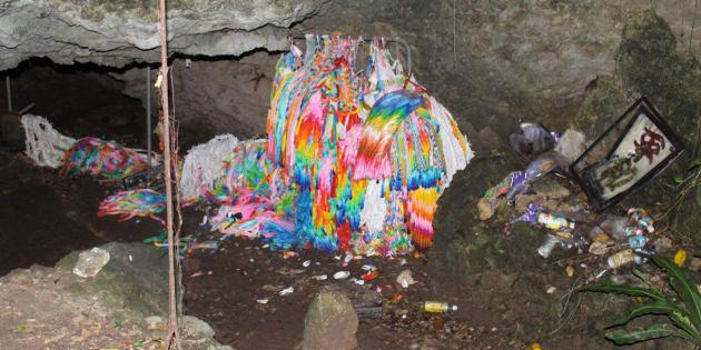 遺品や折り鶴が壊されたチビチリガマ=2017年9月12日午後、沖縄県読谷村