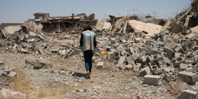 Une employée de Handicap International, près des décombres d'une maison du quartier de Al-Wahda à Jalawla, en Irak.