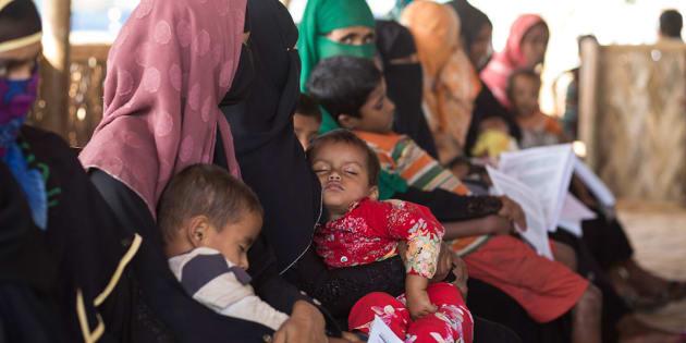Madri Rohingya in attesa di ricevere assistenza medica presso una delle nostre MOAS Aid Station in Bangladesh