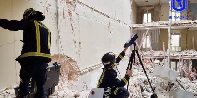 Bomberos de Madrid, tratando de localizar a los dos trabajadores.
