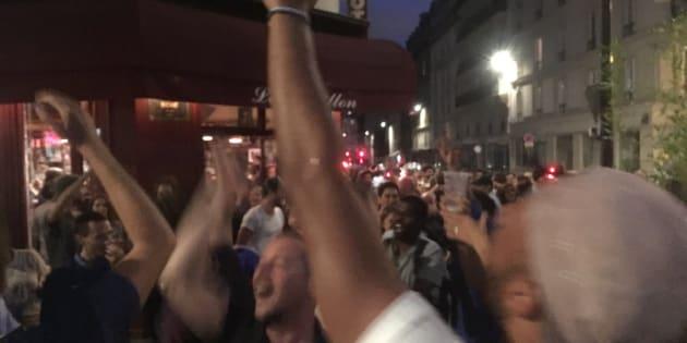 Devant le Carillon, touché par les attentats du 13 novembre, on célèbre la qualification de l'équipe de France pour la finale de la Coupe du monde.