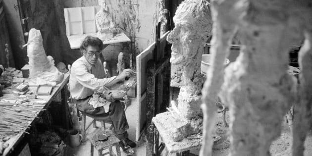 Giacometti en train de peindre dans son studio à Paris, en premier plan «La Grande Tête», 1958.