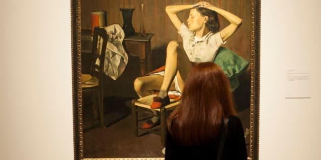 Una mujer obseva la obra 'Thérèse soñando', de Balthus, en el Museo Metropolitano de Arte de Noticia York.