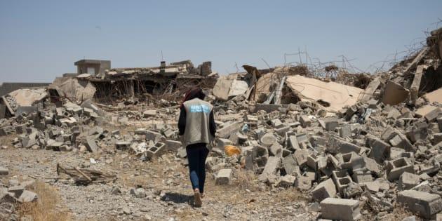 An employee of Handicap International, near rubbles of a house in the neighbourhood of Al-Wahda in Jalawla, Iraq.