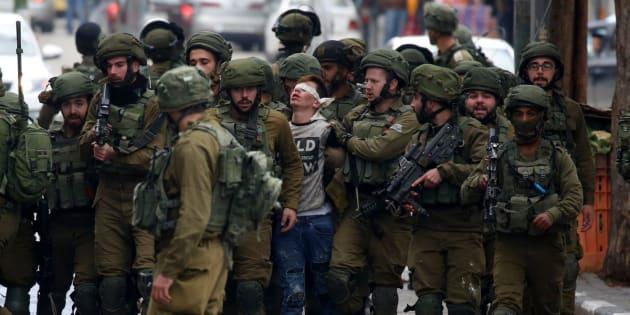 Fawzi Muhammad Al-Junaidi, de 16 años, detenido por 23 soldados en Hebrón (Cisjordania), el pasado diciembre, tras una protesta contra el traslado de la embajada de EEUU en Israel a Jerusalén.