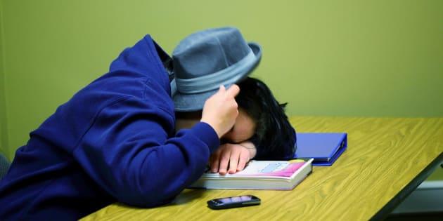 Vejo alunos inteligentes e responsáveis faltando aulas por vários motivos: cansaço, tédio, descrença, desgosto.