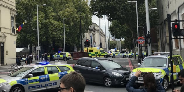 Une voiture monte sur un trottoir: plusieurs blessés