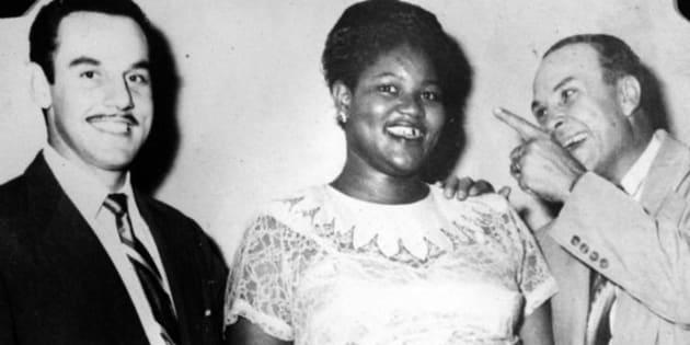 """O vocalista Johnny Otis posa para uma foto com a """"Big Mama"""" Willie Mae Thornton e Don Robey, executivo da Peacock Records."""