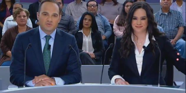 Los moderadores del segundo debate presidencial León Krauze (izquierda) y Yuriria Sierra (derecha) en Tijuana, Baja California.